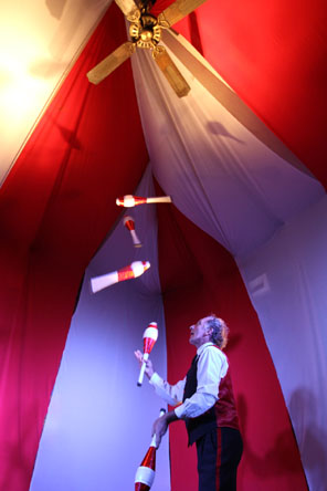 Haggis McLeod juggling 5 clubs. Photograph by Yannick Jooris